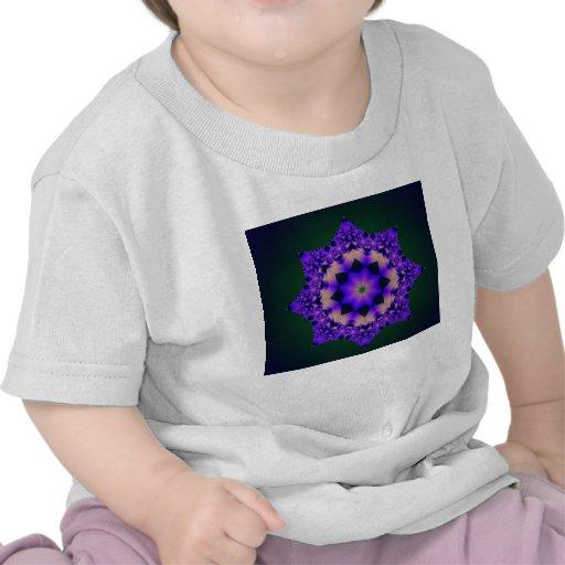 Mandala púrpura en negro camiseta