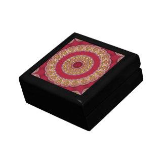 Mandala roja de los rosetones del amarillo del oro joyero cuadrado pequeño