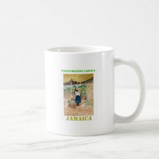 Mandioca de derrota de la mujer jamaicana en granj taza básica blanca