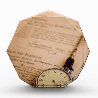 Mando antiguo del reloj de bolsillo del papel del