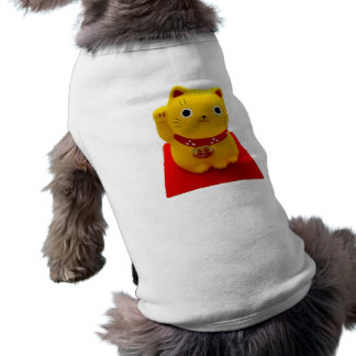 Maneki amarillo Neko en una alfombra roja Playera Sin Mangas Para Perro