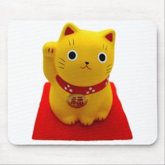 Maneki amarillo Neko en una alfombra roja Tapetes De Ratón