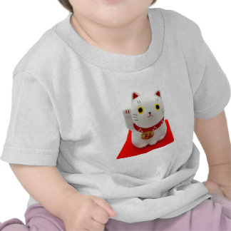 Maneki blanco Neko en una alfombra roja Camiseta