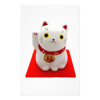 Maneki blanco Neko en una alfombra roja Papeleria De Diseño