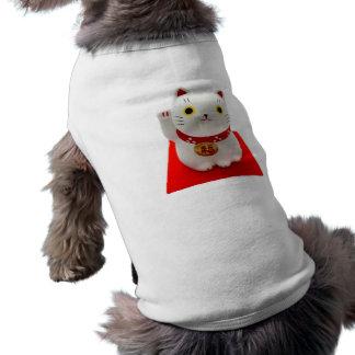 Maneki blanco Neko en una alfombra roja Camisas De Mascota