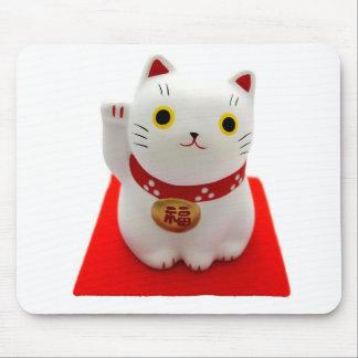 Maneki blanco Neko en una alfombra roja Alfombrilla De Ratón