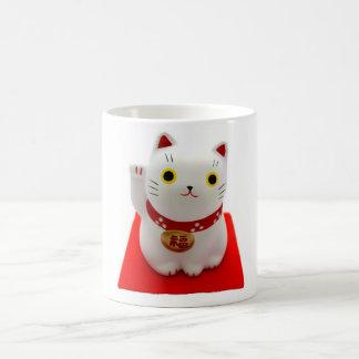 Maneki blanco Neko en una alfombra roja Taza De Café