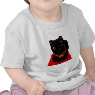 Maneki negro Neko en una alfombra roja Camiseta