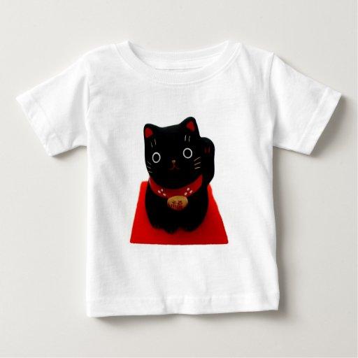 Maneki negro Neko en una alfombra roja Camisetas