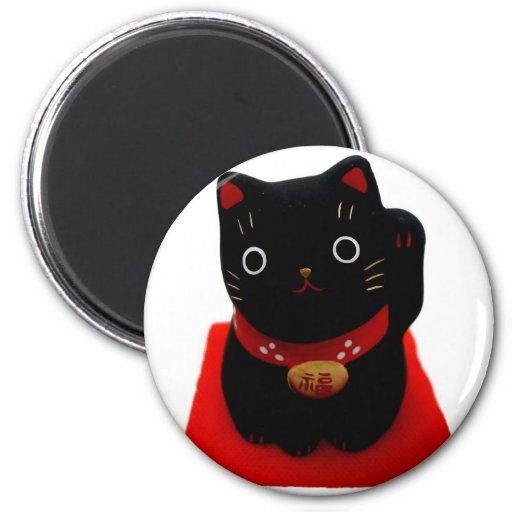 Maneki negro Neko en una alfombra roja Iman Para Frigorífico