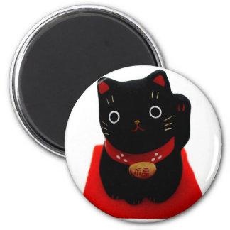 Maneki negro Neko en una alfombra roja Imán Redondo 5 Cm