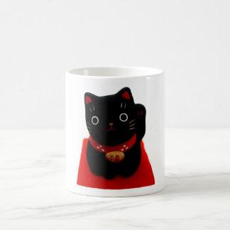 Maneki negro Neko en una alfombra roja Taza De Café