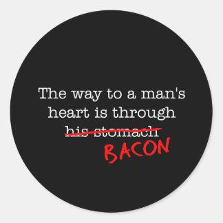 Manera del tocino al corazón de un hombre pegatina redonda