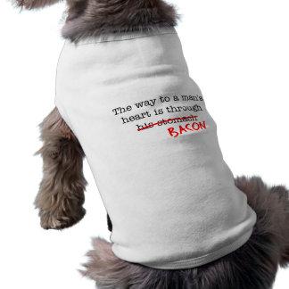 Manera del tocino al corazón de un hombre camisa de perrito
