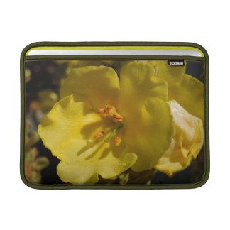 Manga amarilla macra de la flor de Mullein para el Fundas Para Macbook Air