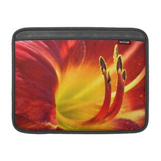 Manga de aire roja de MacBook del lirio de día Fundas MacBook