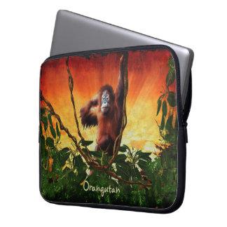 Manga joven del orangután y del ordenador portátil manga portátil