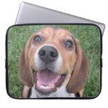Manga sonriente del ordenador portátil del beagle fundas portátiles