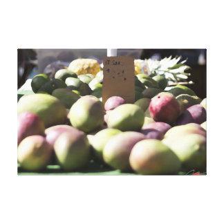 Mangos y piña en el mercado de un granjero hawaian lienzo envuelto para galerías
