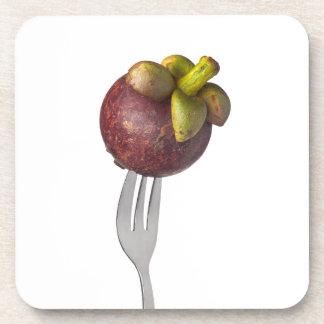 Mangostán entero sostenido por una bifurcación posavasos