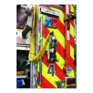 """Manguera de bomberos en el coche de bomberos invitación 5"""" x 7"""""""
