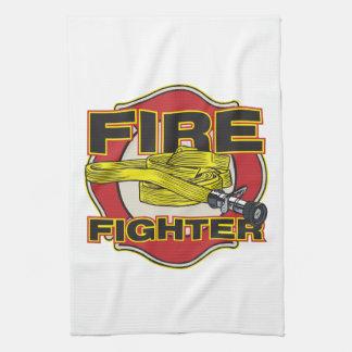 Manguera y escudo del bombero toalla