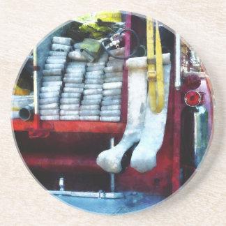 Mangueras en el coche de bomberos posavasos para bebidas