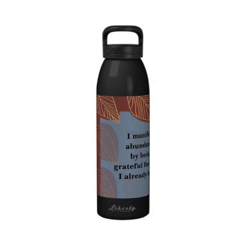 Manifiesto abundancia siendo afirmación agradecida botella de agua reutilizable