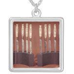 Manijas talladas del cuchillo que muestran a monar grímpola