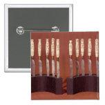 Manijas talladas del cuchillo que muestran a monar pin