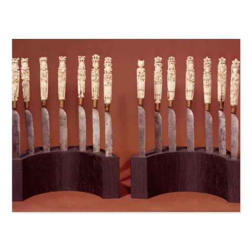 Manijas talladas del cuchillo que muestran a postal