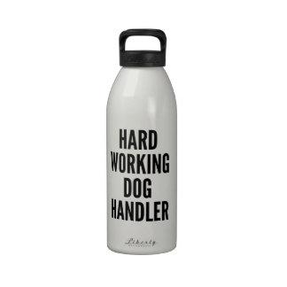 Manipulador de perro de trabajo duro