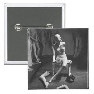 Maniquí con la pierna y el brazo quitados pin cuadrada 5 cm