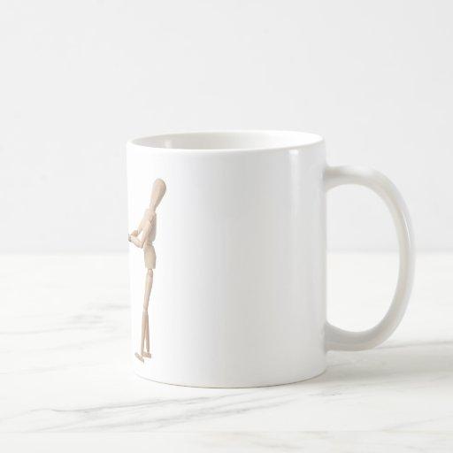 Maniquí que tira de una cinta métrica taza de café