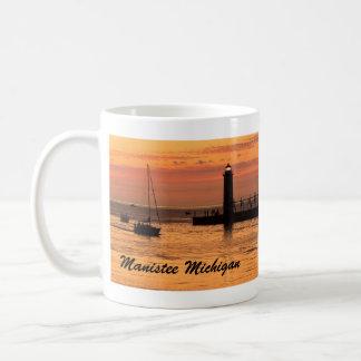 Manistee, taza de café de la puesta del sol del fa