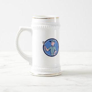 Manitas que lleva a cabo el dibujo animado del jarra de cerveza
