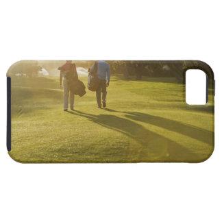 Männer, die Golftaschen auf Golfplatz tragen iPhone SE/5/5s Case