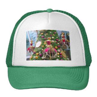 Manniquins del navidad en un árbol gorro