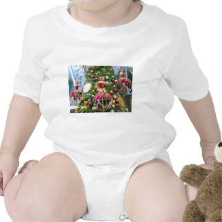 Manniquins del navidad en un árbol traje de bebé