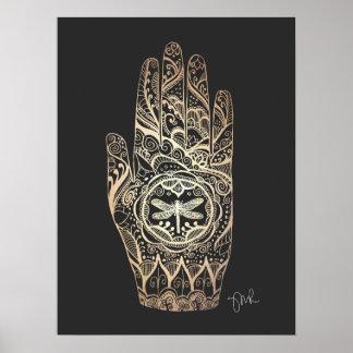 Mano 4 del tatuaje de la libélula de la alheña del póster