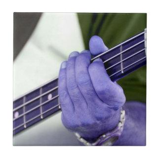 mano azul baja del jugador en la fotografía del va tejas