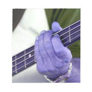 mano azul baja del jugador en la fotografía del va libreta para notas