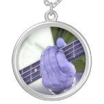 mano azul baja del jugador en la fotografía del va collares personalizados