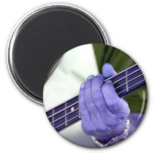 mano azul baja del jugador en la fotografía del va iman de nevera