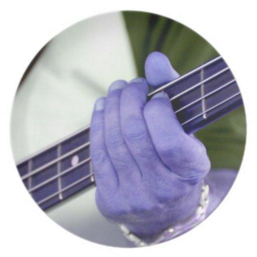 mano azul baja del jugador en la fotografía del va platos de comidas