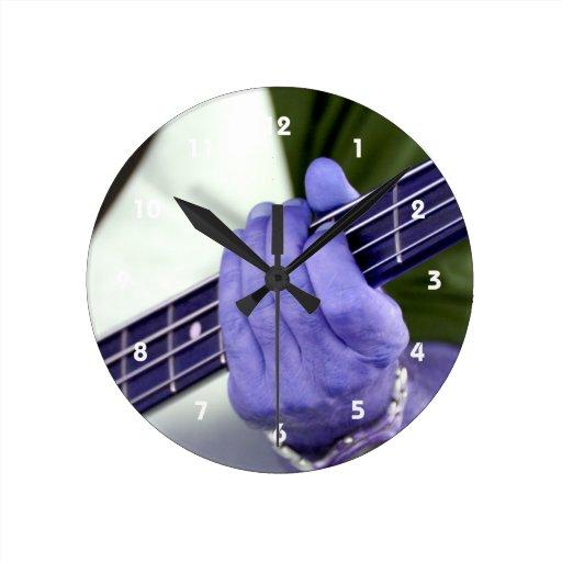 mano azul baja del jugador en la fotografía del va reloj