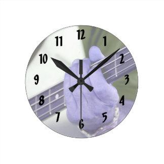mano azul baja del jugador en la fotografía del va reloj redondo mediano