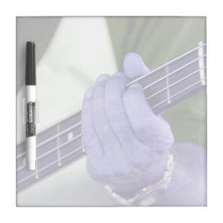 mano azul baja del jugador en la fotografía del va tableros blancos