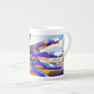Mano de la ciencia ficción en el cielo taza de porcelana