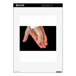 Mano de la madre con el brazo del bebé en negro calcomanías para el iPad